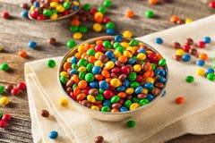 Regenbogen-bunte Süßigkeits-überzogene Schokolade stockfoto