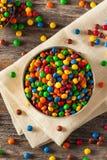 Regenbogen-bunte Süßigkeits-überzogene Schokolade stockbild