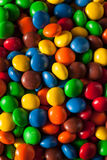 Regenbogen-bunte Süßigkeits-überzogene Schokolade stockbilder