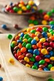 Regenbogen-bunte Süßigkeits-überzogene Schokolade lizenzfreies stockfoto