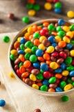 Regenbogen-bunte Süßigkeits-überzogene Schokolade lizenzfreies stockbild