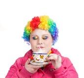 Regenbogen-Clown mit Tasse Tee Stockbilder