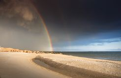 Regenbogen in dem Meer Stockbild