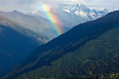 Regenbogen in den Alpen stockbild