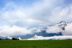 Regenbogen in den Alpen Stockfotos