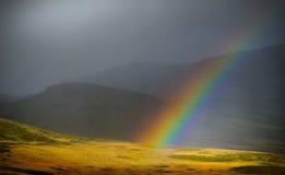 Regenbogen in den Bergen Stockfotos