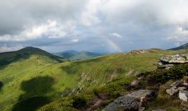 Regenbogen in den Bergen Stockbilder