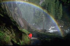 Regenbogen an den frühlingshaften Fällen, Yosemite Stockbild