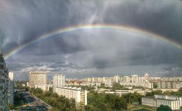 Regenbogen in der Stadt Lizenzfreie Stockfotos