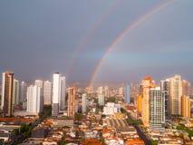 Regenbogen der Stadt Stockbild