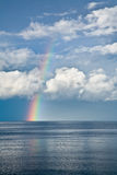 Regenbogen, der von einem See steigt lizenzfreie stockfotos