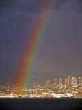 Regenbogen, der vor Nordvancouver fällt Stockbild