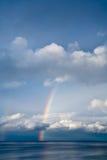 Regenbogen durch Wolken lizenzfreie stockbilder