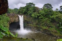 Regenbogen fällt in große Insel Stockbild