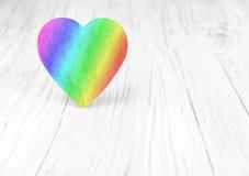 Regenbogen färbt Herz auf weißem Hintergrund Stockbild