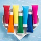 Regenbogen färbt Herz - die mehrfarbigen eingestellten Acrylfarbenrohre Lizenzfreie Stockfotografie