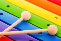 Regenbogen färbte hölzerne Spielzeugxylophonbeschaffenheit gegen weißes backg Stockfoto