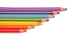 Regenbogen farbige Zeichenstifte mit Nachrichtenmengen Stockbild
