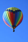 Regenbogen farbiger Heißluft-Ballon Lizenzfreie Stockfotos
