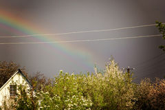 Regenbogen gegen einen dunklen stürmischen Himmel Lizenzfreie Stockfotografie