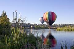 Regenbogen-Heißluft Ballon an der alten Mühlbiegung, Oregon Stockfotos