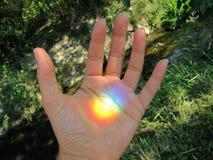 Regenbogen in Ihrer Hand Stockbild