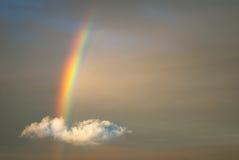 Regenbogen im Abendsonnenunterganghimmel, der von den Wolken kommt Stockfotografie