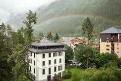 Regenbogen im Bergdorf Stockfotografie