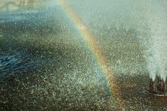 Regenbogen im Brunnenspray Stockfoto