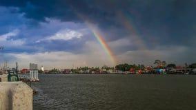 Regenbogen im Fluss Stockbild