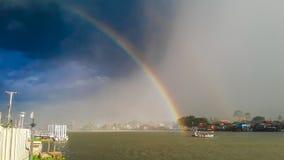 Regenbogen im Fluss Stockbilder
