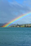 Regenbogen im Himmel und über dem Meer Lizenzfreies Stockbild