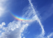 Regenbogen im blauen Himmel mit Wolken lizenzfreies stockbild