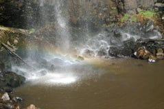 Regenbogen im Wasserfall Stockbild