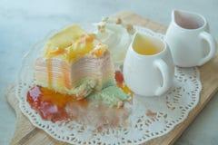 Regenbogen-Krepp-Kuchen auf der mable Tabelle Stockbild