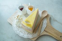 Regenbogen-Krepp-Kuchen auf der mable Tabelle Stockfotografie