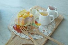 Regenbogen-Krepp-Kuchen auf der mable Tabelle Lizenzfreies Stockbild
