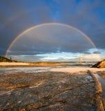 Regenbogen mit Felsen im Vordergrund Lizenzfreies Stockbild