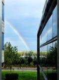 Regenbogen mit Refection im Bürofenster stockfoto