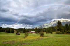 Regenbogen nach Regen in den Alpen Lizenzfreie Stockfotografie