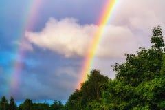 Regenbogen nach Regen in einem bew?lkten Himmel unter drastischen Wolken lizenzfreie stockbilder