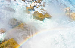 Regenbogen in Niagara Falls auf amerikanischem Teil Stockbild