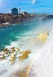 Regenbogen in Niagara Falls und Regenbogen-Brücke über Fluss Stockfotografie
