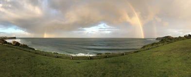 Regenbogen over oceaan Royalty-vrije Stock Afbeeldingen