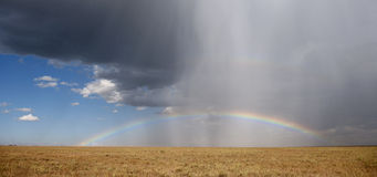 Regenbogen am Serengeti Nationalpark lizenzfreies stockbild