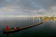 Regenbogen sichtbar durch dänischen Offshorewindbauernhof Lizenzfreies Stockfoto