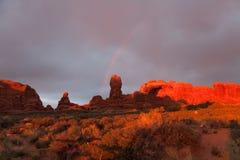 Regenbogen am Sonnenuntergang in den Bögen Nationalpark, USA Lizenzfreie Stockfotografie