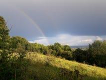 Regenbogen in Surrey-Hügeln lizenzfreies stockbild