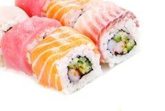 Regenbogen-Sushi mit Gurke-und Frischkäse Stockfotos