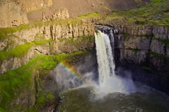 Regenbogen am szenischen Wasserfall Stockfotos